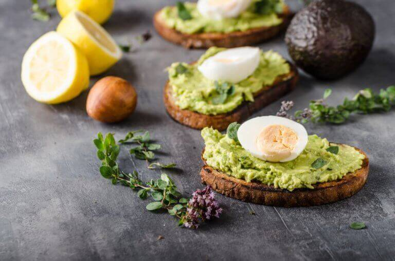 Geroosterd broodje met avocado, een van die heerlijke gerechten