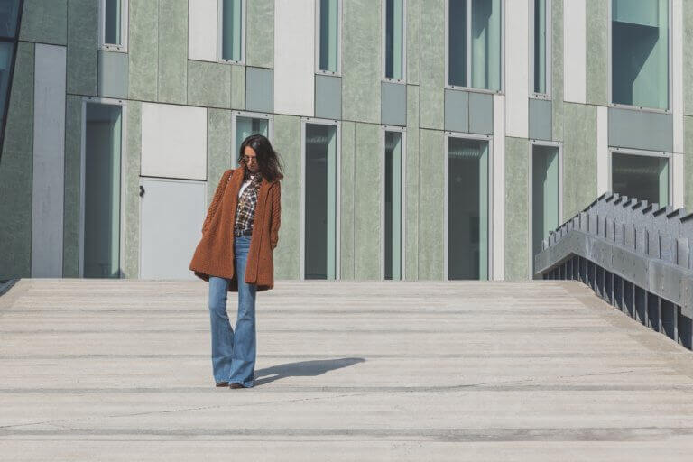 Vrouw die een broek draagt met wijde pijpen