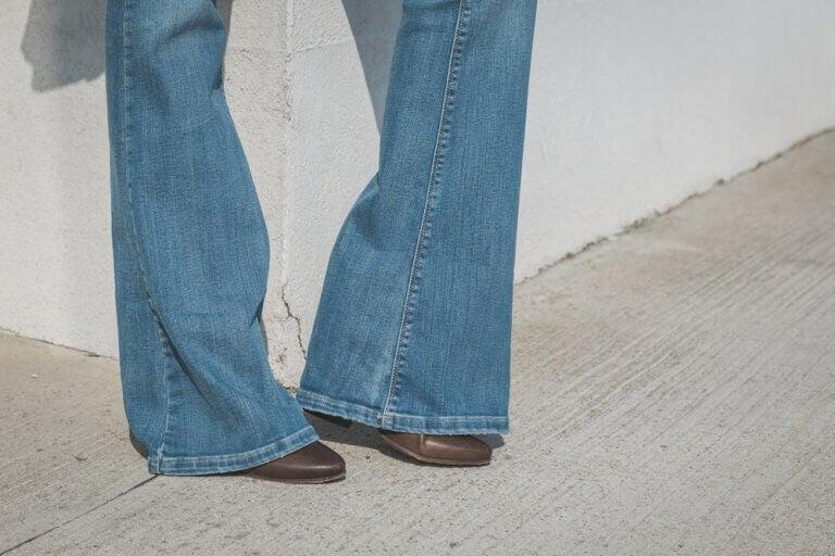 Vrouw die pronkt met een broek met wijde pijpen