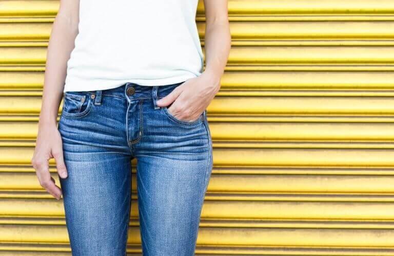Vrouw die een broek draagt zonder wijde pijpen