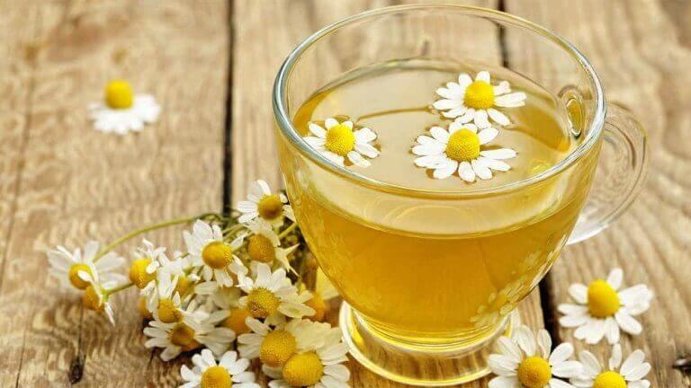 Kamillethee is een van de beste natuurlijke middelen tegen aften