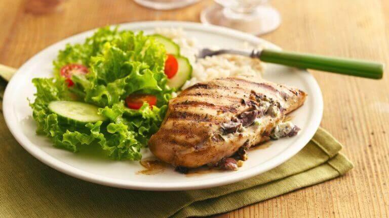 Heerlijke gerechten zoals een stukje gegrilde kipfilet