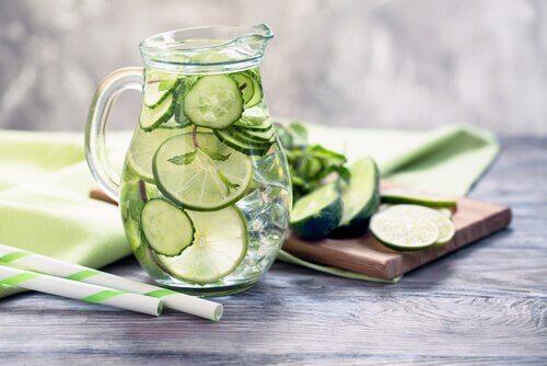 Een van de voordelen van komkommersap is dat het gewichtsverlies bevordert