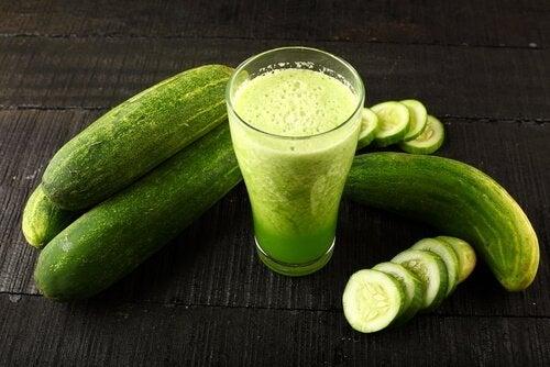 Een van de vele voordelen van komkommersap is dat het je huid verbetert