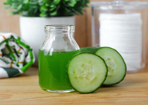 Een van de vele voordelen van komkommersap is dat het je haar doet glanzen