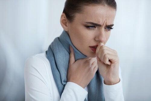 Een van de symptomen van longontsteking is hoest