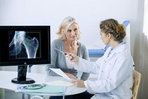 Vrouw die informatie te horen krijgt over osteoporose