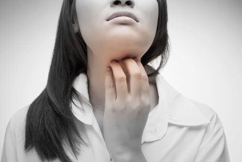 Vier natuurlijke oplossingen voor keelpijn