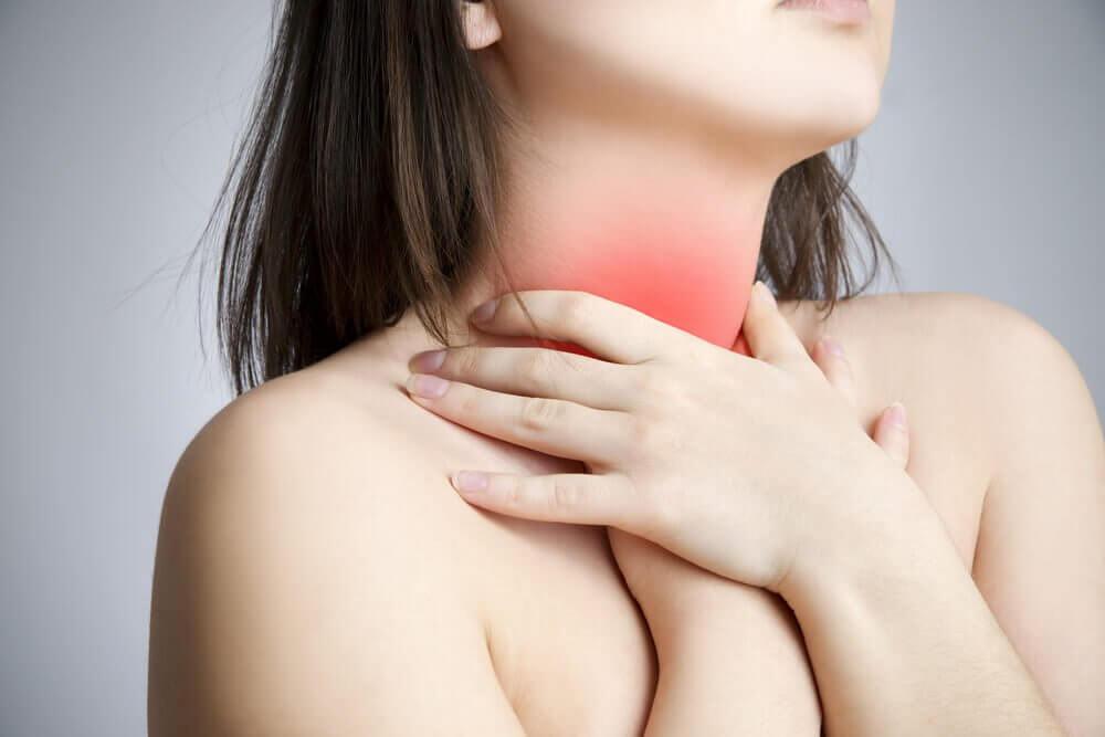 Vrouw die spanning in haar nek ervaart vanwege de knobbeltjes op de stembanden