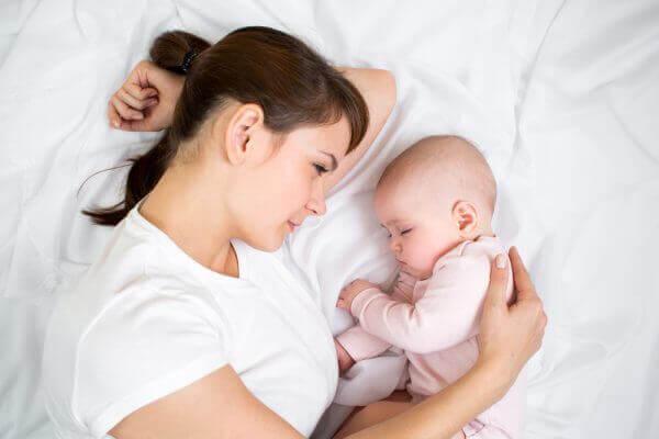 Een van de dingen die je nooit mag doen met een baby is laten huilen