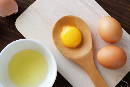 Eieren voor glanzend en zijdezacht haar