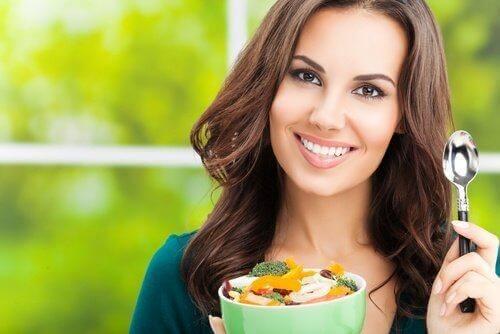 Eten en bewegen: vrouw eet gezonde groentes
