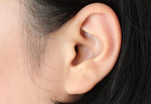 Groene muntblaadjes bij oorpijn