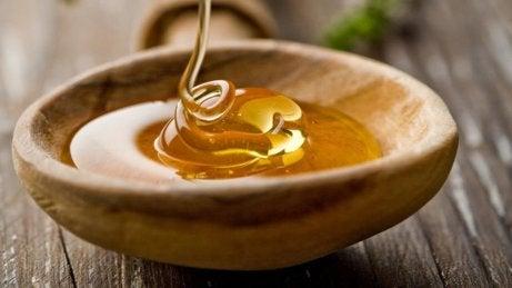Honing in een houten kom