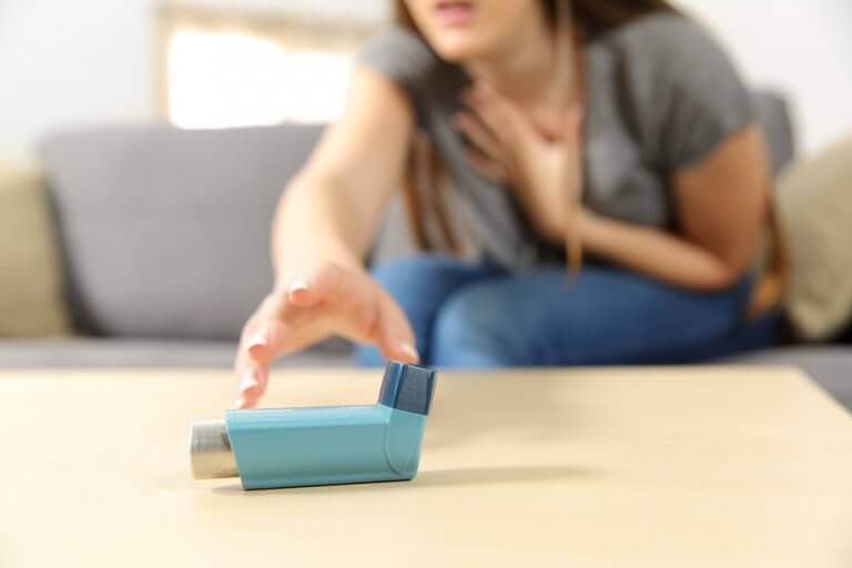 Blauwe inhalator en benauwde mevrouw