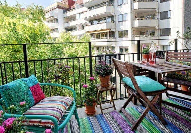 Kleurrijk balkon met bloemen