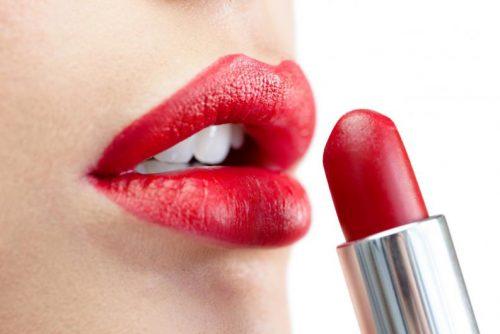Rode lippenstift en lippen