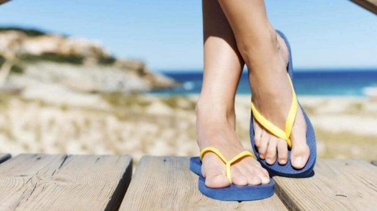 Mogelijke voetproblemen veroorzaakt door teenslippers