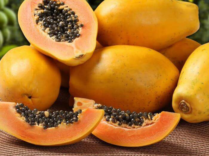 Hele en gesneden papaja
