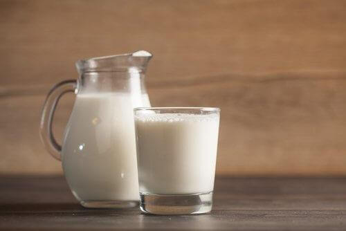 De bladeren van kamerplanten schoon maken met melk