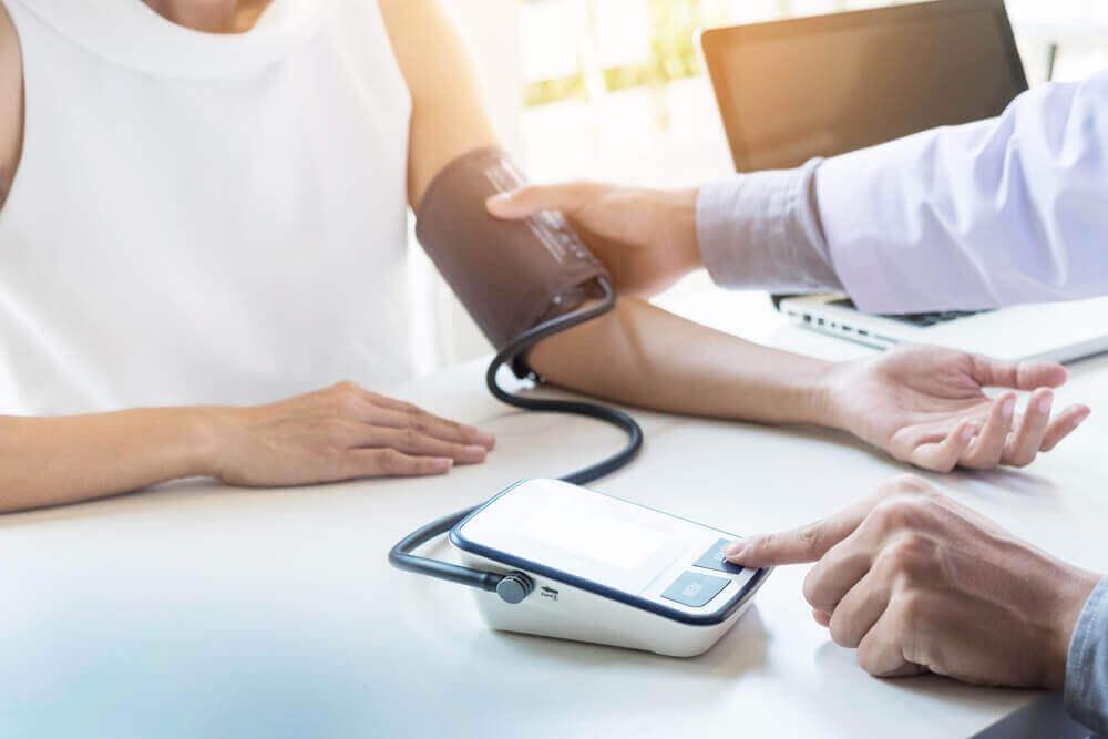Hoe hoge bloeddruk te behandelen en te voorkomen