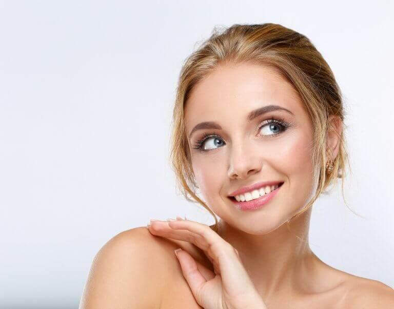 Vrouw met blond haar en mooie huid