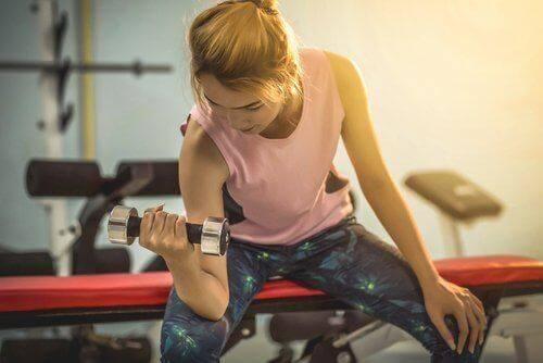 Eten en bewegen: jonge vrouw in de fitnesszaal