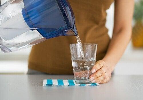 Water inschenken met karaf