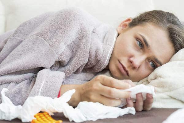 Zieke vrouw met zakdoeken