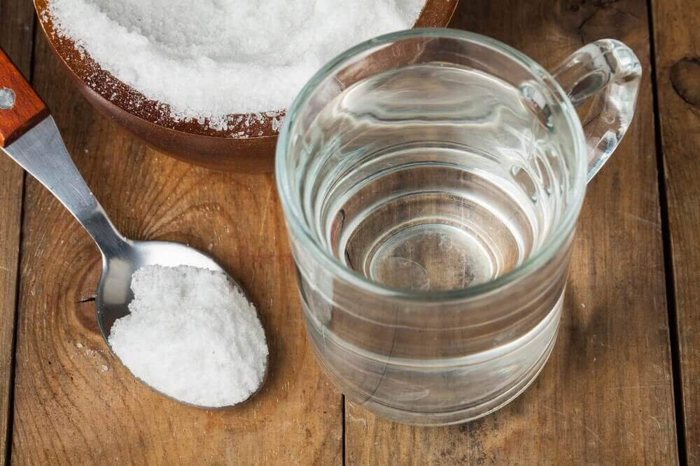 Baking soda met heet water