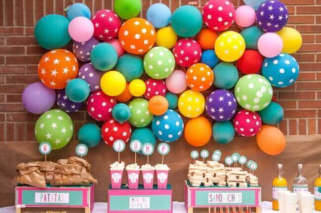 Versieren met ballonnen: vastgemaakt aan de muur
