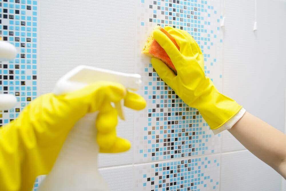 Minerale afzettingen in de badkamer verwijderen