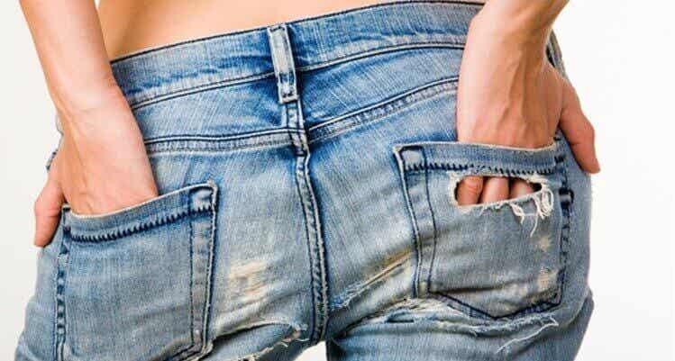 De redenen achter de pukkeltjes op je billen