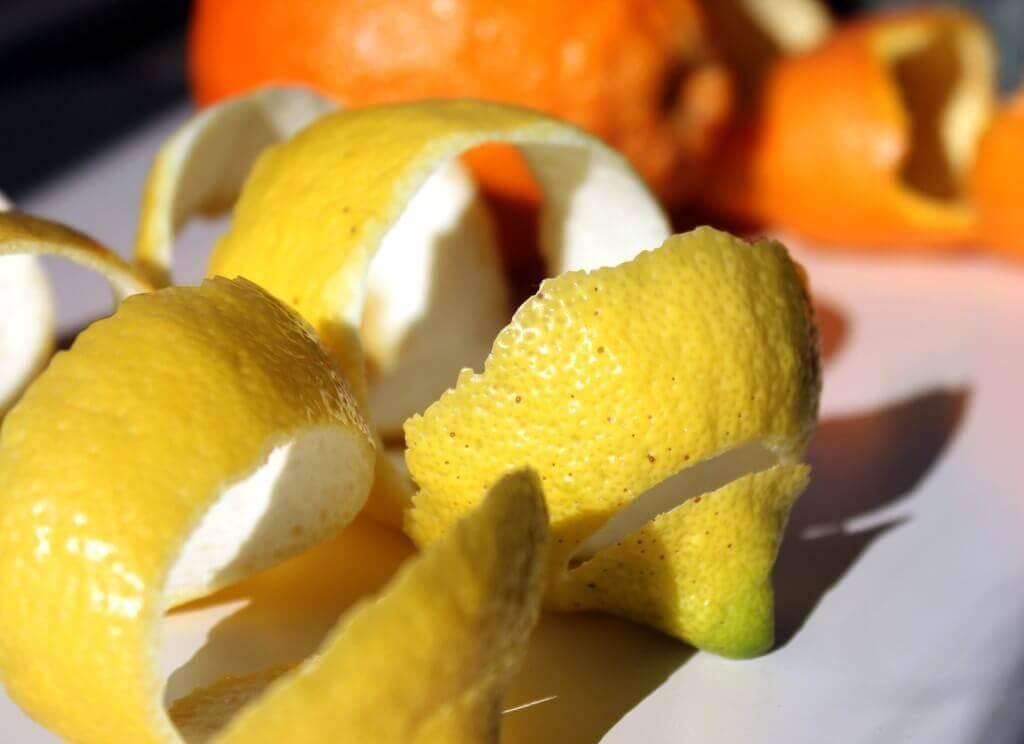 Drankje met citroenschillen