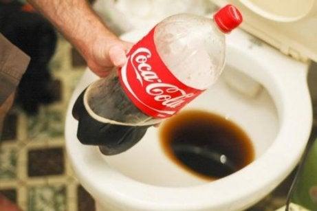 Minerale afzettingen in de badkamer verwijderen met Cola