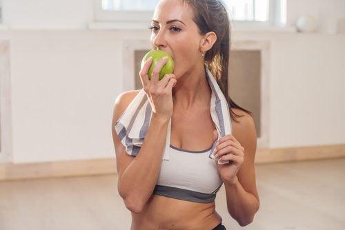 Knapperige groenten en vruchten eten