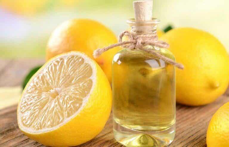 Twee manieren om etherische citroenolie te maken
