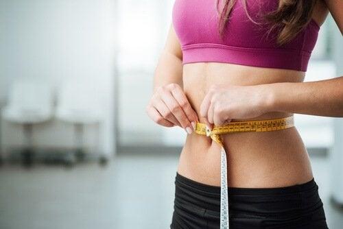 Gewicht verliezen op een gezonde manier kan door aubergine en citroenwater te drinken