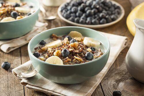 Gezond ontbijt om het 's ochtends wakker worden makkelijker te maken