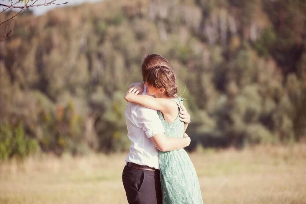 Zes geweldige voordelen van knuffels die je nog niet kende
