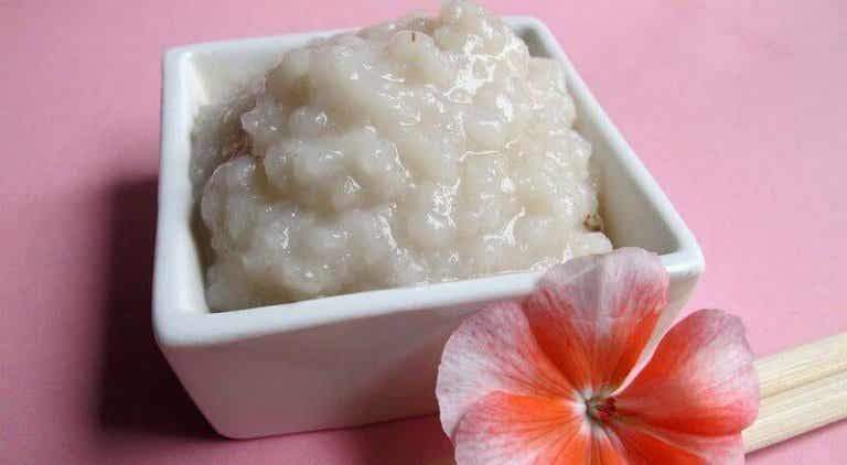 De huid reinigen met twee remedies op basis van rijst