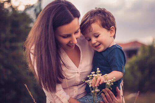 Supermoeder die bloemen plukt met haar zoon