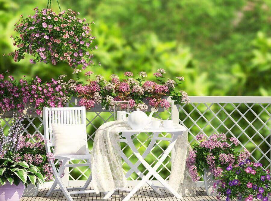 Tafel met stoelen en bloemen