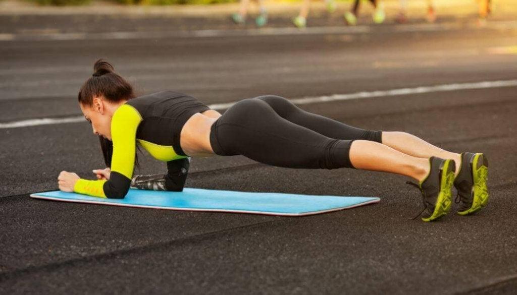 5 simpele thuisoefeningen voor een strakker lichaam