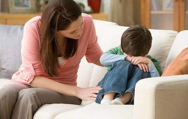 Huilend jongetje en zijn moeder
