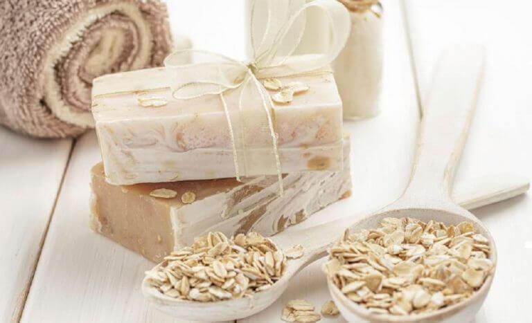 Zelfgemaakte zeep van honing en haver
