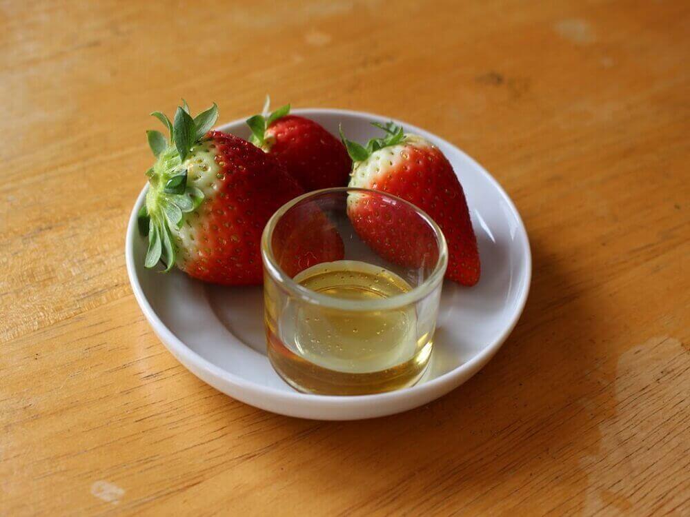 Aarbeien op een bord met een glaasje olijfolie