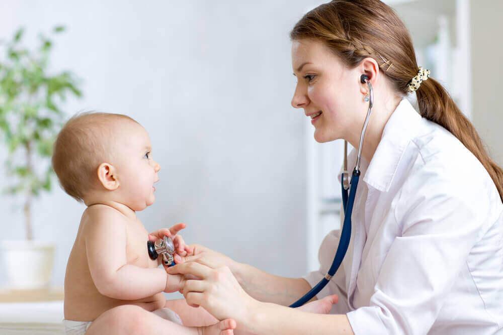 Controle door een arts bij een baby