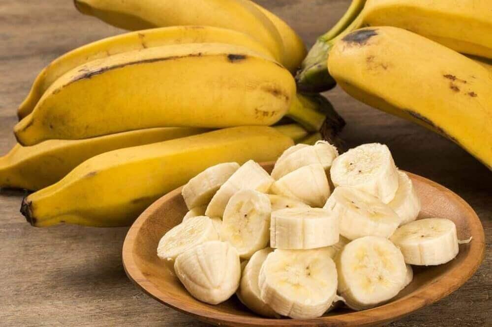 Plakjes banaan op een schaal