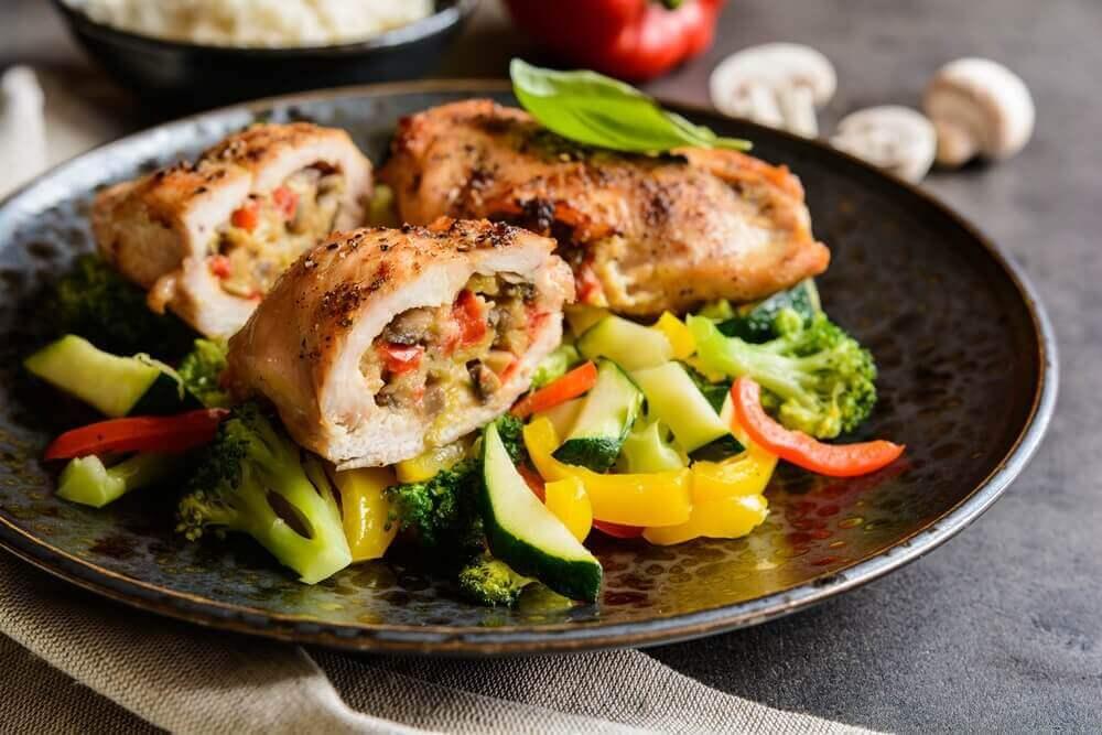 Zwart bord met groente en vlees